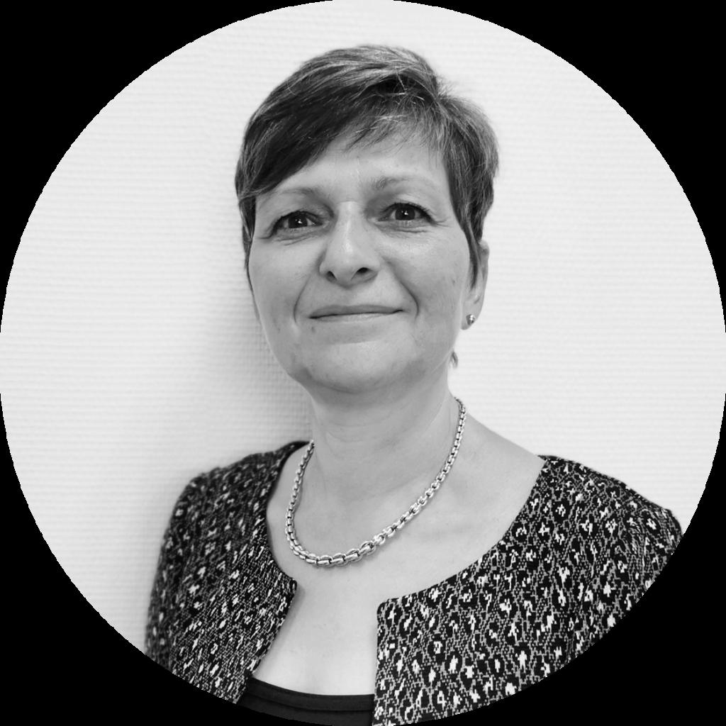 Auditrice en Management de la Qualité, Corinne assure des missions d'accompagnement des entreprises dans leurs projets stratégiques et organisationnels (Management, optimisation du capital humain, transmission,…). Elle est également certifiée par l'Université de Paris-Dauphine – IFOMENE « Gestion de conflits et Médiation en Entreprise ».